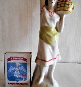 Статуэтка фарфоровая Девушка с корзиной
