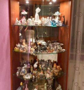 Зеркальная витрина и коллекция котов