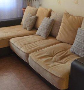 Большой диван, требует ремонта