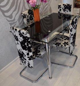 Обеденный стол и четыре стула