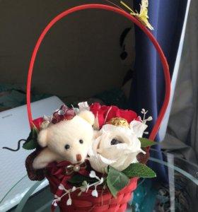 Композиция из цветов и мишки