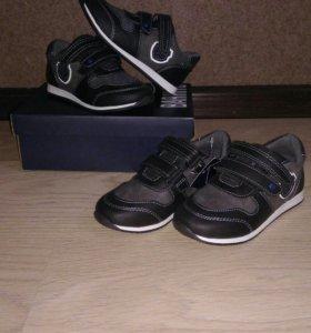 новые кроссовки р.26,27