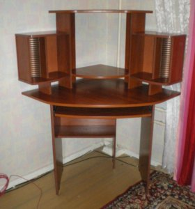 Удобный компьютерный стол.
