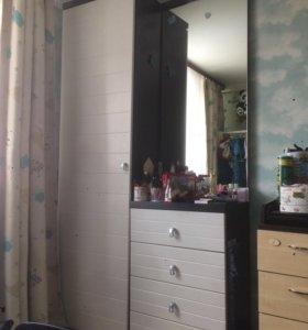 Шкаф и комод с зеркалом