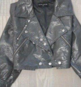 Укороченная женская куртка из экокожи.