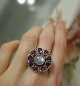Нов.серебряное кольцо с лунным камнем и аметистами