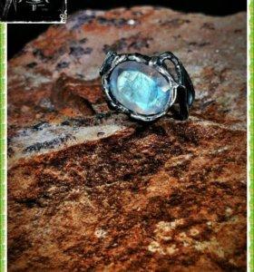 Кольцо с лунным камнем в огранке