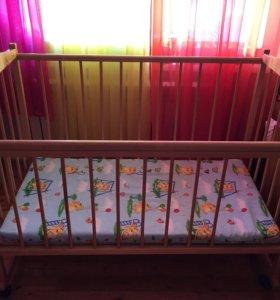 Детская деревянная кроватка с матрацем.
