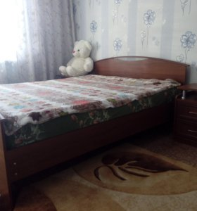 двуспальная кровать и 2 прикроватные тумбы