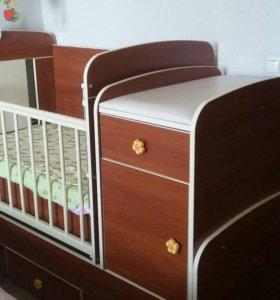 Детская кровать+пеленальный столиком+матрасц