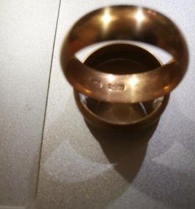 2 золотых обручальных кольца
