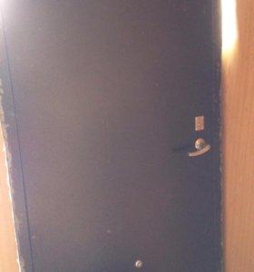 Продам металическую дверь, правая