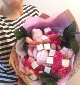 Букет из цветов и сладостей