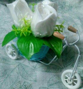 Велосипед с тремя розами. В наличии.