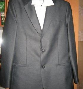 Костюм (пиджак, брюки), рубашка, галстук.