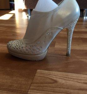 Свадебные туфли и новые белые колготки