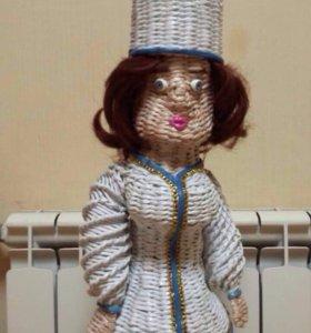 Кукла-повариха из газетной лозы