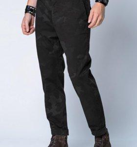 Камуфляжные зауженые брюки HE by Mango