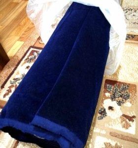 Новый рулон темно-синего бархата