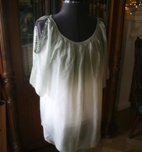 Нежно-зеленая шелковая летняя блузка
