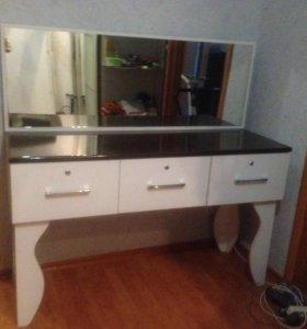 Туалетный стол с зеркалом и ящиками