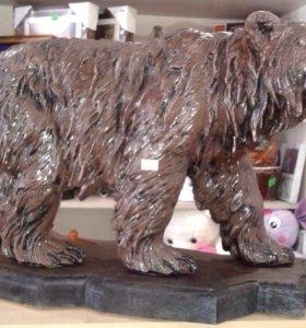 Большой Бурый Медведь на подставке