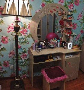 Диван, стенка и косметический столик со стулом