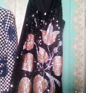 Короткое чёрное, блестящее платье.