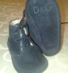 Стильные пинетки-ботиночки D&G для малыша.