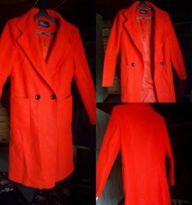 Пальто красное.