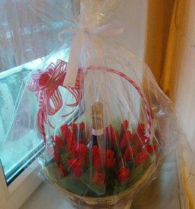 Корзинка из цветов и конфет