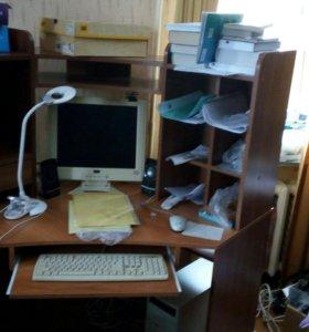 Угловой компьютерный стол с компьютером.