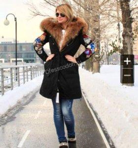 Парка зимняя с мехом с апликациями на рукавах