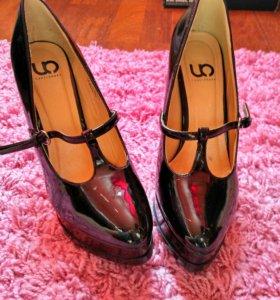 Шикарные черные лаковые туфли
