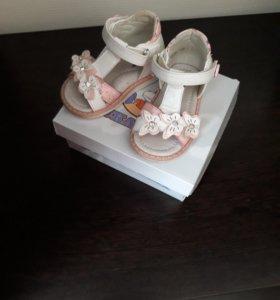 Продам сандали р.19