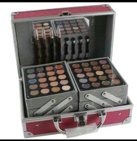 Профессиональный чемодан с косметикой.