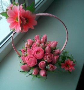 Цветы с конфетами в корзинках