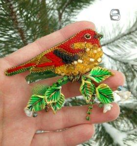 Брошь птичка из бисера и бусин Сваровски