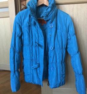 Яркая голубая куртка