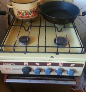 Газовая плита 4 конфорки и работающая духовка.