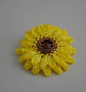 Брошь-цветок из японского ювелирного бисера.