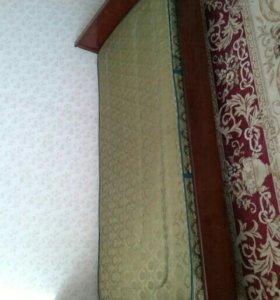 Две деревянные кровати с матрасами.