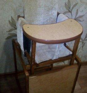 Детский стол со стулом.