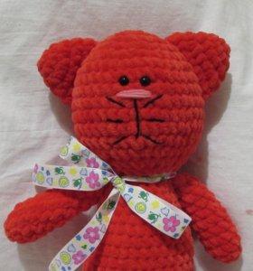 Красный плюшевый котик. Игрушка крючком.