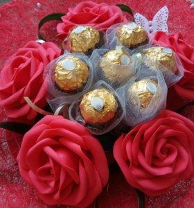 Букет цветов ручной работы с конфетами.