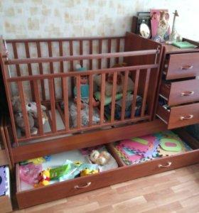 Детская кроватка с маятником и комодом.
