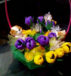 Композиция цветочных букетоа из конфет