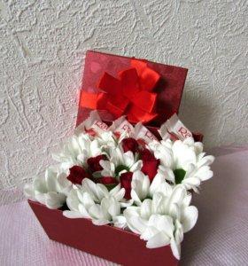 Коробочка с живыми цветами и конфетами