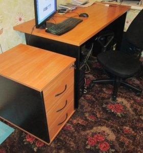 Компьютерный стол, тумба, кресло.