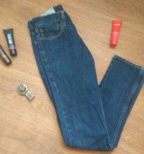 Мужские джинсы фирмы HOLLISTER